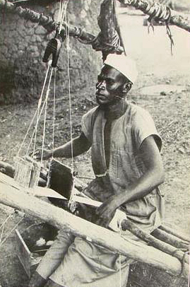 Senufo weaver using heddle pulley